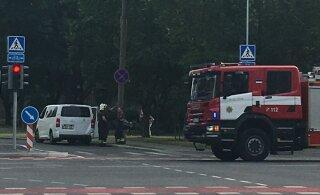 ФОТО | Ехали на вызов: в центре Таллинна столкнулись такси и машина пожарных