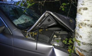 ФОТО   BMW врезался в дерево. Один сбежал, в машине остался человек с признаками алкогольного опьянения