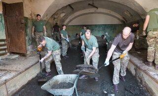 """ФОТО: Британские солдаты попотели в Батарейной тюрьме. Там будет создана выставка """"Коммунизм — это тюрьма"""""""