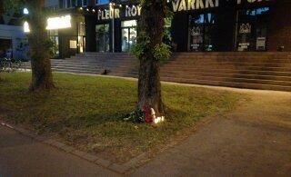 ФОТО читателя Delfi: К месту смерти таксиста на улице Теллискиви принесли цветы и свечи