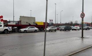 ВИДЕО: В Пеэтри отключились светофоры, в результате чего произошло две аварии