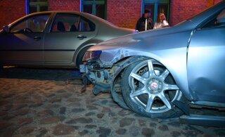 ФОТО: Ночью в Вильянди автомобиль врезался в стену дома