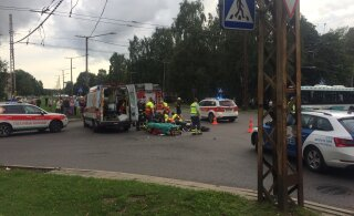 ФОТО: На Мустамяэ теэ столкнулись мотоцикл и легковушка, серьезно пострадал мотоциклист