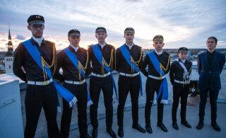 """Школьники в честь Дня сопротивления подняли флаг на башне """"Длинный Герман"""""""