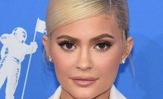 FOTO | Oih, Kylie Jenner jäi paparatsodele meigita vahele ja fännid tõdevad, et ta näeb loomulikuna võõras välja