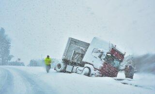 ФОТО | На шоссе Таллинн-Тарту грузовик съехал в кювет