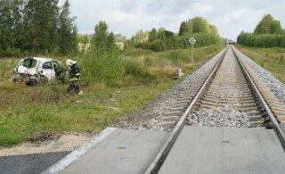ФОТО: В волости Тюри столкнулись поезд и автомобиль, есть пострадавшие