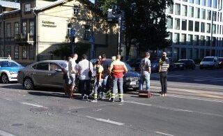 ФОТО | Водитель в центре Таллинна выехал на перекресток на красный свет и совершил аварию