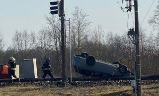 ФОТО | На железнодорожном переезде Лагеди произошла авария — автомобиль перевернулся на крышу