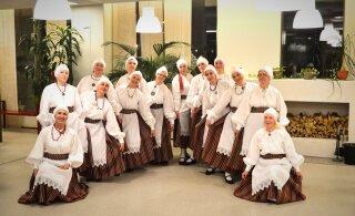 Alppila kirikust tulevad tantsupeole Helsingi Helmed, Lätis valmistatud kangast seelikud seljas