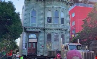 ВИДЕО | В Сан-Франциско перевезли старинный двухэтажный дом