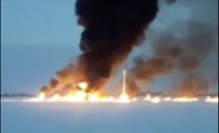 ВИДЕО | В России на реке произошел пожар после утечки на трубопроводе