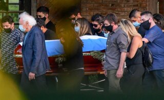 ФОТО и ВИДЕО: Марадону похоронили рядом с родителями