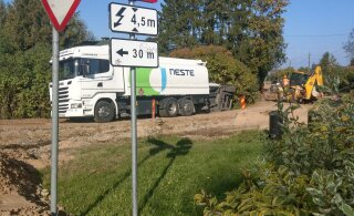 ФОТО: В Арукюла бензовоз съехал с дороги