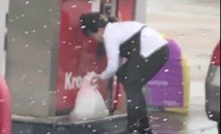ВИДЕО: Зачем? Женщина заливает топливо в пакет и кладет его в багажник