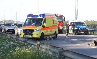 ФОТО | На шоссе Таллинн-Пярну авария, двух человек доставили в больницу
