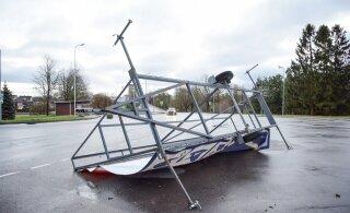 Спасатели: сильный ветер пока не утихнет. Передвигайтесь по улицам очень осторожно!
