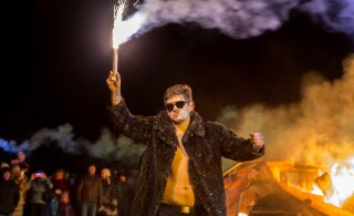 ФОТО | Как будто коронавируса не существует: фестиваль огня в Пярну посетили сотни людей