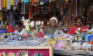 FOTOLUGU | Nairobi käsitööturul valmib kogu kaup kohapeal ning hinnad pole odavate killast