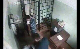 ВИДЕО | В сеть попали кадры того, как в России начальник колонии Петрозаводска избивает заключенного