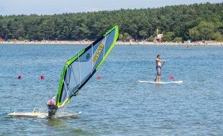 На пярнуском пляже береговая охрана спасла серфера