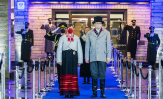 FOTOD | Presidendipaar inspireerus tänast rõivastust valides Kersti Kaljulaidi juurtest, kandes vanimaid teadaolevaid Jämaja kihelkonna rahvariideid