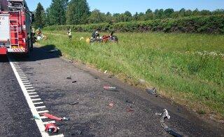 ФОТО: На шоссе Таллинн-Тарту столкнулись автомобиль и мопед, есть пострадавшие