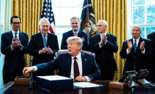 ФОТО | Трамп подписал самый крупный пакет финансовой помощи в истории США. Речь идет о двух триллионах долларов