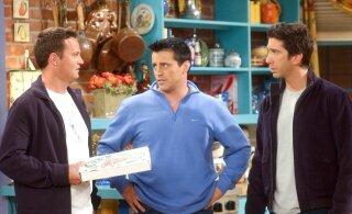"""Hittseriaali """"Sõbrad"""" rekvisiidid viiakse oksjonile: pakkumisel on ka legendaarne sohva ning Joey ja Chandleri kanuu"""