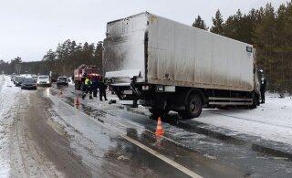 В России при столкновении грузовика с легковым автомобилем погибли семь человек