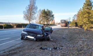Päev liikluses: Pärnumaal keeras eakas Volvo juht ette liinibussile, viga sai mitu inimest