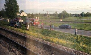 FOTO   Tamsalus sõitis rong raudteel olnud autole sisse