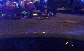ВИДЕО: Недалеко от таллиннского порта автомобиль сбил пешехода
