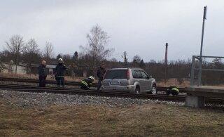ФОТО | Nissan выехал на железнодорожные пути и застрял. Полиция просит помощи свидетелей