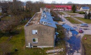 ФОТО и ВИДЕО: Сильный ветер сорвал крышу с многоквартирного дома, вынудив людей искать себе другое жилье