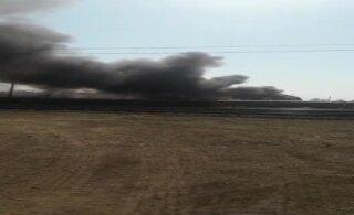 ВИДЕО читателя Delfi: На ж/д станции Тапа вспыхнули старые шпалы, идет густой дым