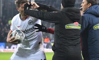 ВИДЕО: Футболист завалил тренера соперника прямо на поле!