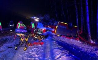 ФОТО И ВИДЕО | В Центральной Эстонии перевернулась машина спасателей: пострадали четыре человека