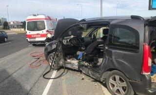 FOTO | Laagna teel põrkasid kaks autot kokku, üks juht tuli sõidukist välja lõigata