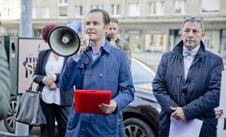 ФОТО | Перед главным зданием Swedbank прошла организованная клиентами и инвесторами акция протеста