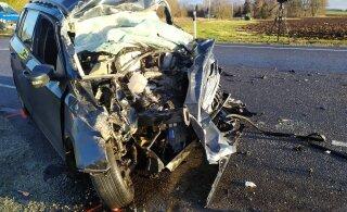 ФОТО и ВИДЕО | В Ляэне-Вирумаа столкнулись легковушка и грузовик. Погибла 22-летняя женщина