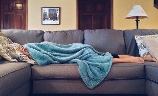 Как поиграть с ребенком, не вставая с дивана: 8 идей для уставших родителей