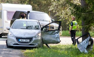 ФОТО | На Сааремаа при неудачном обгоне столкнулись два автомобиля, два человека попали в больницу