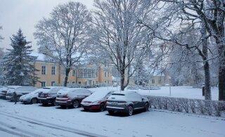VIDEO ja FOTOD | Lumi langeb, kuid kas ka püsib? Maanteeamet hoiatab: teedel on libeduseoht, võib tulla ka lund