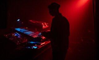 Happerünnak klubis Hall: esineb Soome <em>acid</em> tantsumuusika pioneer Mono Junk