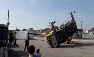 ФОТО | Несчастный случай в Тарту: опрокинувшийся кран разрушил бытовку
