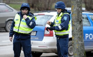 """""""С меня бутылка шампанского к Новому году"""". Полицейские помогли выпившему мужчине добраться до дома"""