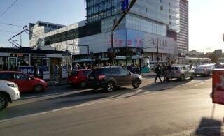 ФОТО | В центре Таллинна столкнулись автобус и легковушка, было нарушено трамвайное движение