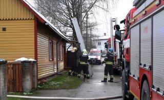 ФОТО | Пожар в жилом доме: спасатели для эвакуации применили лестницу