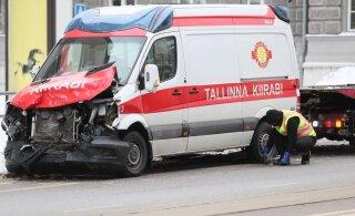 В центре Таллинна Скорая помощь попала в аварию